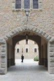 Kvinnlig besökare i kloster Santuari de Lluc, Mallorca, Spanien Royaltyfri Bild