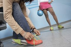 Kvinnlig bindande Shoelace Arkivbild