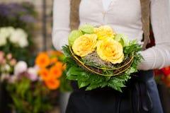 Kvinnlig blomsterhandlare i blomsterhandel Royaltyfri Bild