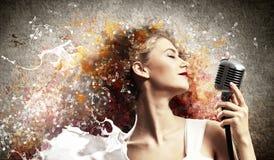 Kvinnlig blond sångare Arkivbild
