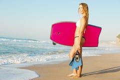 Kvinnlig bodyboarder arkivfoton