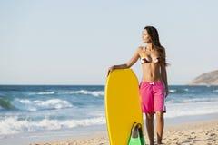Kvinnlig bodyboarder Royaltyfri Foto