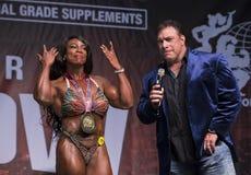 Kvinnlig bodybuildingmästare på Toronto 2018 pro-Supershow Arkivbild
