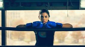 Kvinnlig boxare i boxningsring Royaltyfri Fotografi