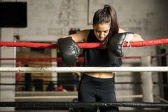 Kvinnlig boxare i en idrottshall arkivfoto