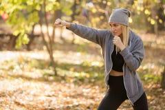 Kvinnlig boxare i vakten som är direkt Sund och sportbegrepp royaltyfri foto