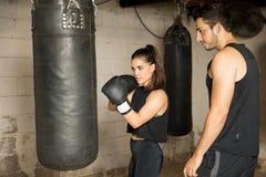 Kvinnlig boxare och hennes lagledare royaltyfri foto