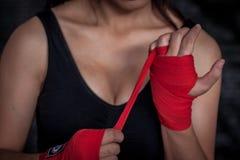 Kvinnlig boxare som slår in den säkra handen och fingret för övning Royaltyfri Foto