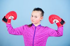 Kvinnlig boxare Sportuppfostran Boxning ger strikt disciplin Gullig boxare för flicka på blå bakgrund Med stormakt royaltyfria bilder