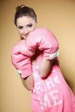 Kvinnlig boxaremodell med stora roliga rosa handskar Royaltyfri Bild