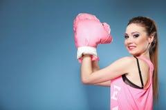 Kvinnlig boxaremodell med stora roliga rosa handskar Arkivfoto
