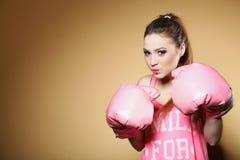 Kvinnlig boxaremodell med stora roliga rosa handskar Arkivfoton