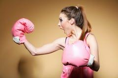 Kvinnlig boxaremodell med stora roliga rosa handskar Arkivbilder