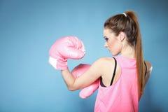 Kvinnlig boxaremodell med stora roliga rosa handskar Royaltyfri Fotografi