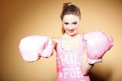 Kvinnlig boxaremodell med stora roliga rosa handskar Arkivbild