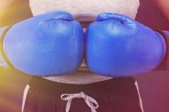 Kvinnlig boxas flicka i blåa boxas handskar arkivfoton