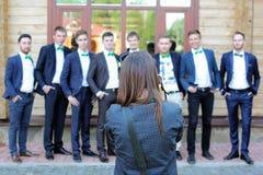 Kvinnlig bröllopfotograf i handling Arkivfoton