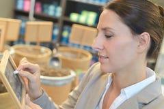 Kvinnlig butiksinnehavarehandstil på befordrings- bräde royaltyfria foton
