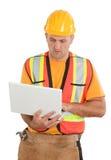 Kvinnlig byggnadsarbetare som ser plan på en ny hem- constr Arkivfoton