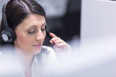 Kvinnlig call centeroperatör som gör hennes jobb arkivfoto