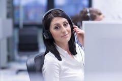 Kvinnlig call centeroperatör som gör hennes jobb royaltyfria bilder