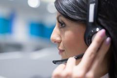 Kvinnlig call centeroperatör som gör hennes jobb royaltyfri bild