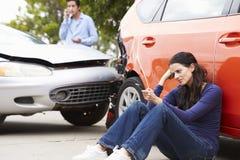 Kvinnlig chaufför Making Phone Call efter trafikolycka royaltyfri fotografi