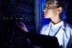 Kvinnlig Checking för datorforskare server Royaltyfri Foto