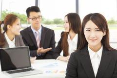 Kvinnlig chef för affär med lag i kontoret Arkivbild