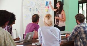 Kvinnlig chef Leading Brainstorming Meeting i regeringsställning lager videofilmer