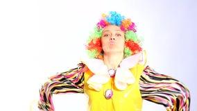 Kvinnlig clown i studion lager videofilmer