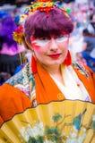 Kvinnlig cosplayer i en dräkt för japansk stil Royaltyfria Bilder