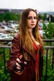 Kvinnlig cosplayer som kläs som teckenet ' Scharlakansrött Witch' från M Royaltyfria Bilder