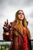 Kvinnlig cosplayer som kläs som teckenet ' Scharlakansrött Witch' från M Royaltyfri Fotografi