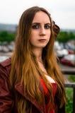 Kvinnlig cosplayer som kläs som teckenet ' Scharlakansrött Witch' från M Arkivbilder