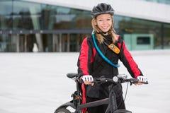 Kvinnlig cykelbudbärare Royaltyfri Fotografi