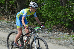 Kvinnlig cyklist på en mountainbike Royaltyfri Foto