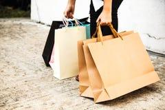 Kvinnlig dam som bär färgrikt begrepp för shoppingpåsar Fel ställing, baksida som böjer, dålig ergonomi royaltyfri bild