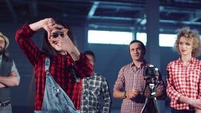 Kvinnlig dananderam med fingrar lager videofilmer