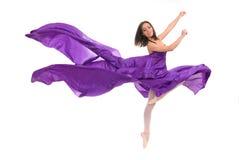 Kvinnlig dansare för balett i den violetta kappan Royaltyfri Fotografi