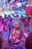 Kvinnlig dansare som hurrar upp folkmassan i robotrestaurang royaltyfria bilder