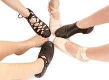 Kvinnlig dansfot i olika skor Arkivfoton