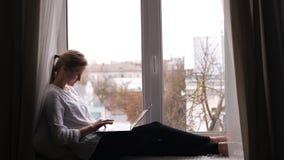 Kvinnlig deltagare med en bärbar dator lager videofilmer