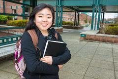 Kvinnlig deltagare på universitetsområde royaltyfri foto