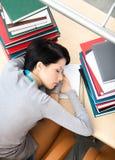 Kvinnlig deltagare som sovar på skrivbordet royaltyfria bilder
