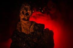 Kvinnlig demon Komma för demoner Slhouette av jäkel eller det gigantiska diagramet på en bakgrund av brand Arkivbilder