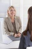 Kvinnlig disponent i en jobbintervju med en ung kvinna royaltyfria bilder