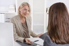 Kvinnlig disponent i en jobbintervju med en ung kvinna Arkivfoto