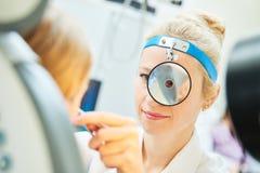 Kvinnlig doktor av ENT öranäshalsen på arbete royaltyfria foton