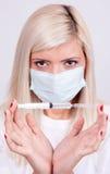Kvinnlig doktor eller sjuksköterska i medicinsk maskeringsinnehavinjektionsspruta med inje Arkivfoton